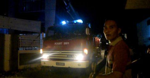 ASRAMA TNI AD DI BELAKANG GEDUNG KNPI LHOKSEUMAWE TERBAKAR