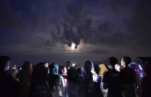 SUPER MOON SEMPAT TERHALANG AWAN MENDUNG SATU JAM